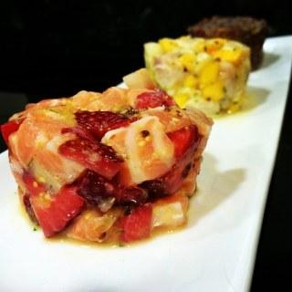 Tartar de salmón y fresa, ceviche de corvina con mango y tartar de atún