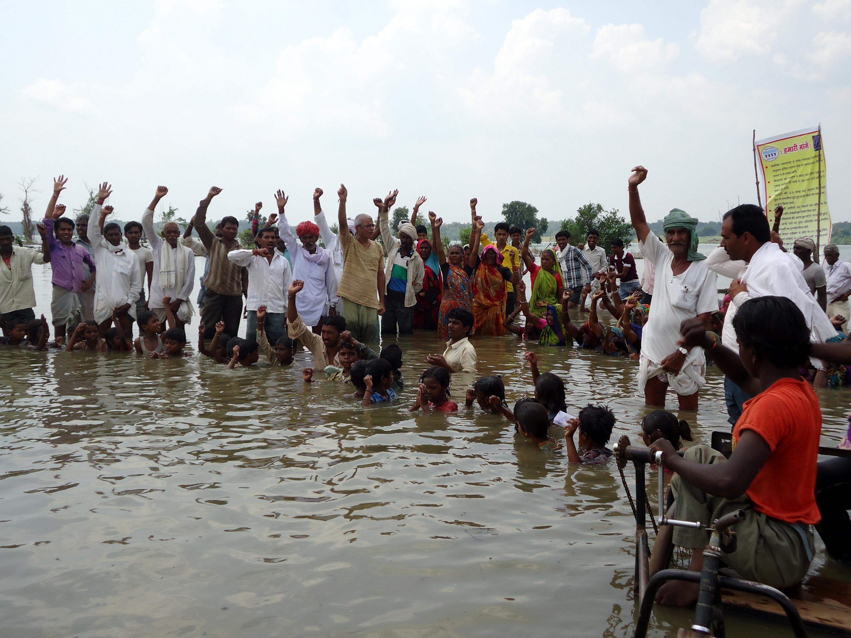 इंदिरा सागर बांध डूब क्षेत्र में आने वाली अपनी जमीन के विरोध में जल सत्याग्रह करते स्थानीय निवासी