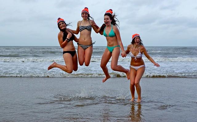 vier meiden springen bij de nieuwjaarsduik in scheveningen