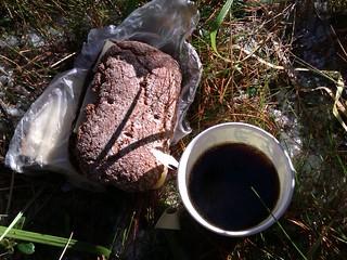 ruisleipä-ja-kahvi-metsäretkellä