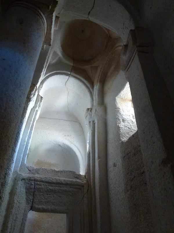 Turquie - jour 21 - Vallées de Cappadoce  - 146 - Çavuşin, Kızıl Çukur (vallée rouge) - Direkli Kilise (église aux colonnes)