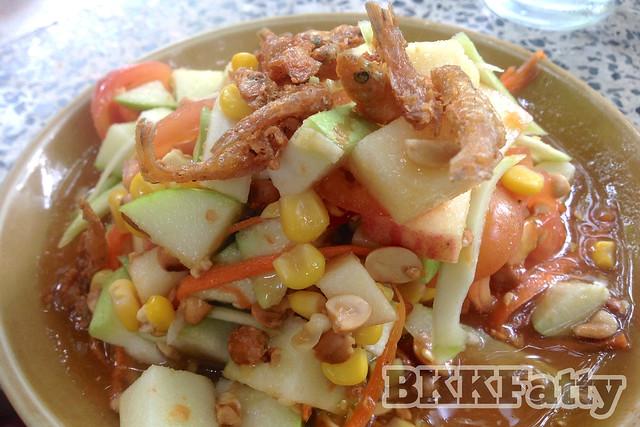 som tam with fruit at baan kru eid rayong