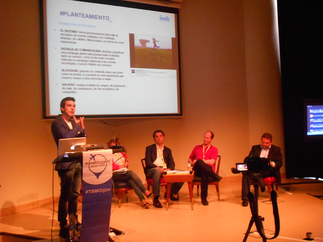 Iñaki Makazaga presentando el debate de Agencias de Comunicación