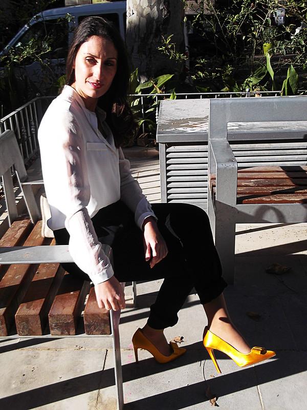 San Valentín, Pantalón baggy negro, blusa blanca, stilettos, lazo zapatero, amarillo/dorado, Vuitton, look básico, Valentine's Day, basic outfit, black baggy trousers, white blouse, stilettos with bow, yellow / gold, mango, zara, parfois
