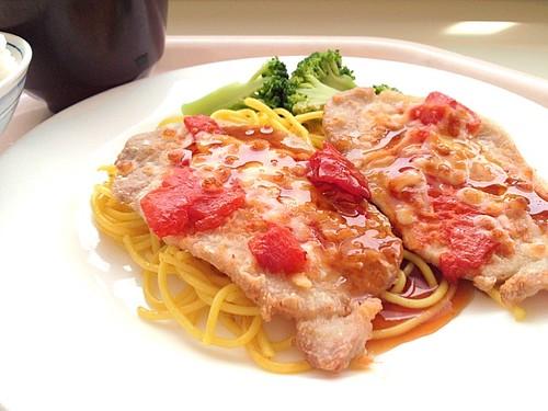 今日の社食は豚肉のモッツァレラ・トマトのオーブン焼き。530円。