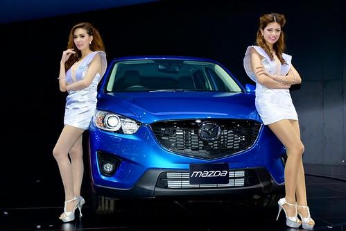 Présentation d'une voiture Mazda - Salon 2013 - présentatrices sexy