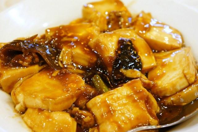 紅燒豆腐,雞蛋豆腐為主食,旁邊還有一些肉絲和木耳,是下飯的好物