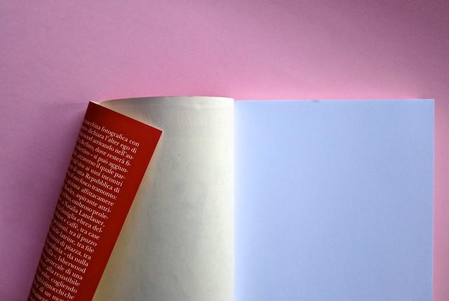 Christopher Isherwood, Addio a Berlino. Adelphi 2013. [responsabilità grafica non indicata]. risvolto di copertina, verso della q. di cop., carta di guardia (part.), 1