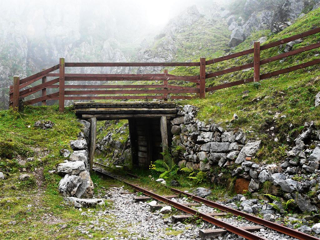 Foto gratis de una vía de tren abandonada en Asturias