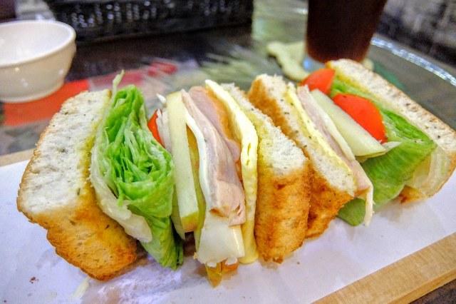 煙燻雞肉佛卡夏三明治,外頭麵包外酥內軟,夾著各種蔬菜,像是西生菜/洋蔥/番茄/蘋果等,再加上煙燻雞肉而成