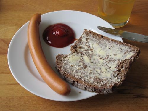Heißwürstchen mit Ketchup zu gebuttertem Roggenbrot
