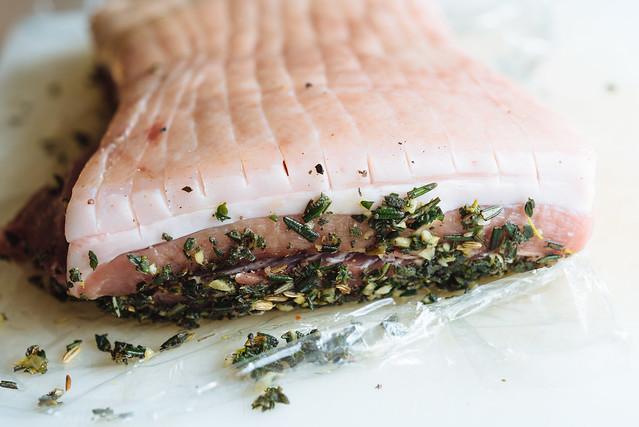 Sunday roast met porchetta: je snijd het zwoerd in met een heel scherp mes