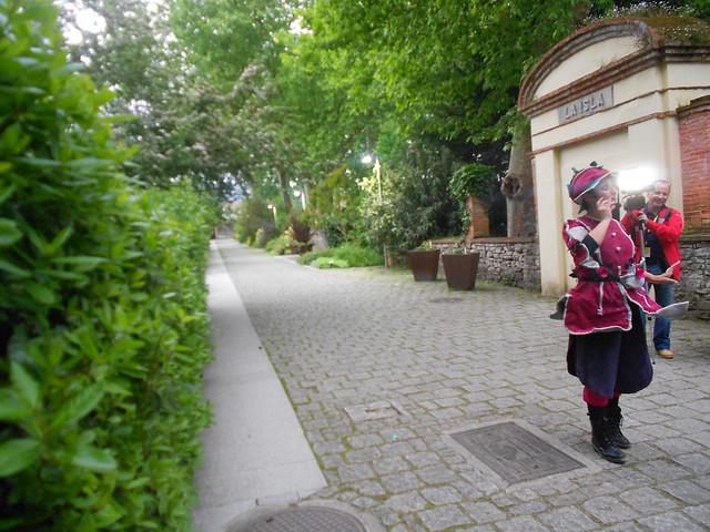Entrada al jardín de la Isla con la guía  de la visita Fucsia