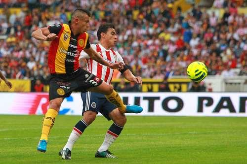 En intenso partido, Leones Negros y Chivas dividen puntos