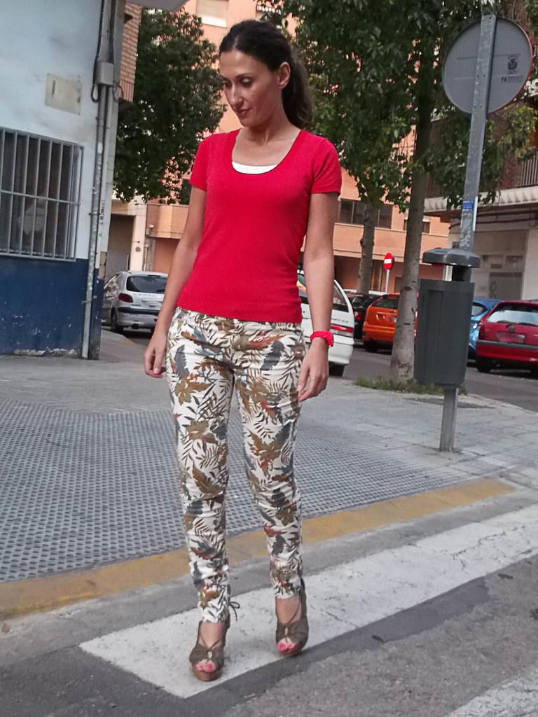 Pantalón jungla, top coral, cuñas, caqui, mimbre, jungle-patterned pants, coral top, wedges, kaki, rattan sole