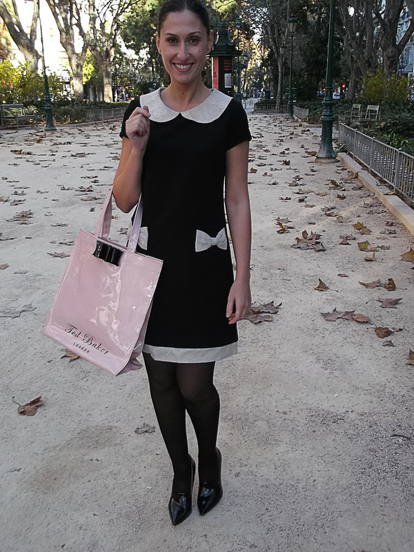 Vestido, niña buena, cuello bebé de encaje marfil, bolsillos lazos de encaje, baby doll, Blair Waldorf, zapatos, medias y abrigo negro, tote bag preppy, rosa palo, lazo negro, dress, good girl, aby ivory neck, lace pockets with lace loops, baby doll, black shoes, stockings and coat, pale pink with black tie, Poète, Calzedonia, Zara, Naf Naf, Ted Baker
