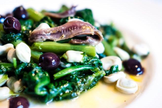 Tuinbonen met gemarineerde ansjovis en spinazie