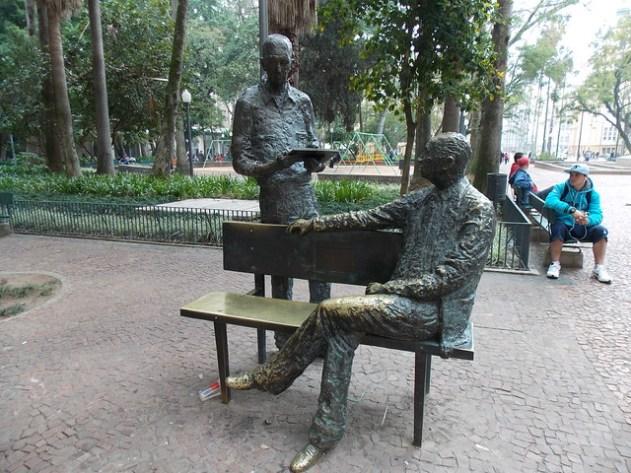 Carlos Drumond de Andrade e Mário Quintana se encontrando na Praça da Alfândega