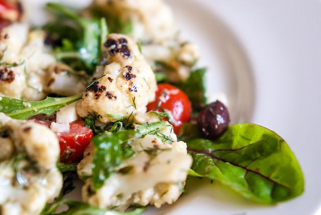 Salade van gegrilde bloemkool, geïnspireerd door zowel Ottolenghi als Locatelli