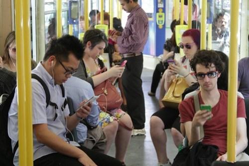 Znalezione obrazy dla zapytania smartphone zombie train