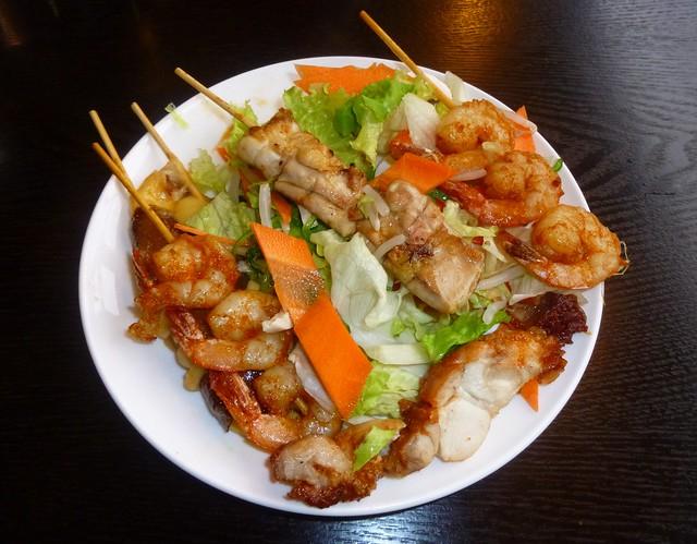 Salade astiatique avec brochettes de viande
