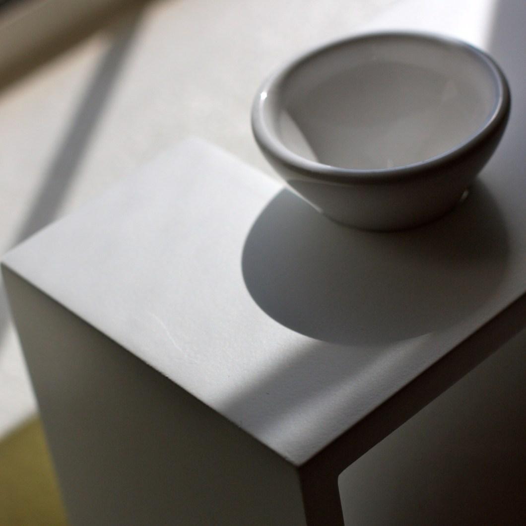 Foto gratis deun bol sobre una mesa generando muchas sombras