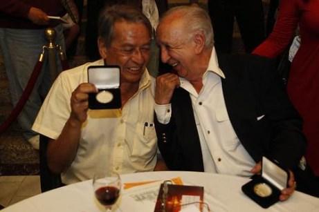 Los escritores José Agustín y Vicente Leñero, el 21 de septiembre de 2011, cuando recibieron la medalla Bellas Artes. Foto José Antonio López