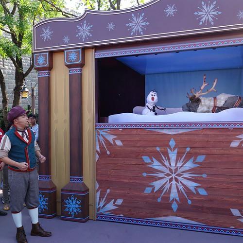 Olaf's Search for Summerというパペットのショーが開催されてます。