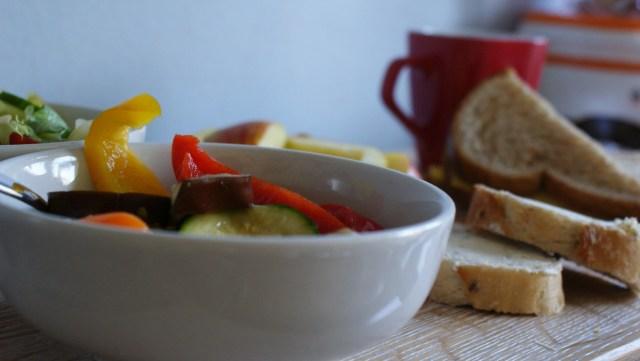 Moederdag ontbijt gegrilde groenten stokbrood salade