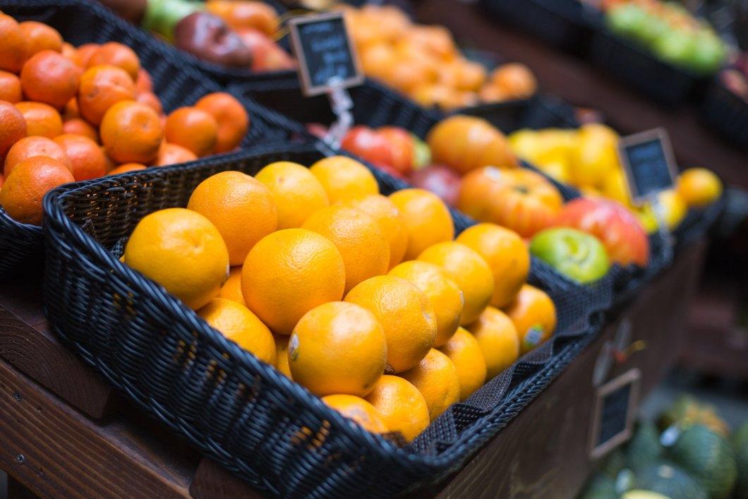 Imagen gratis de un cesto de naranjas en el mercado