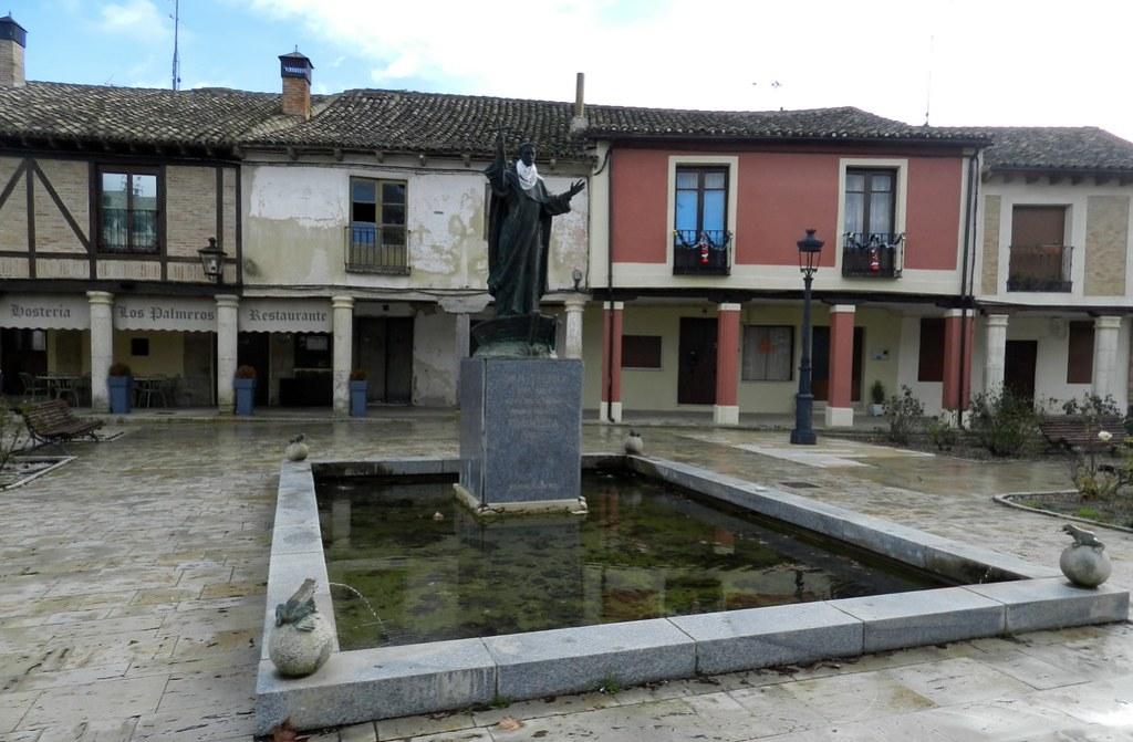 Estatua de San Telmo Frómista Palencia 01 San Telmo