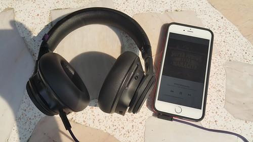 อุปกรณ์ของ Apple จะเข้ากับการฟังเพลงแบบเสียบสายมากกว่า