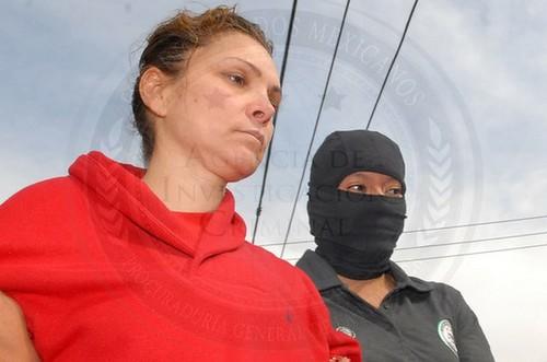 Elementos de seguridad escoltan a María de los Ángeles Pineda, durante su ingreso al Cefereso de Tepic, Nayarit, el pasado 5 de enero. Foto Xinhua