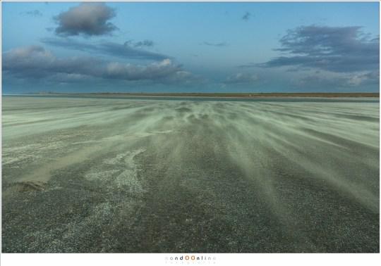 Zand en het strand tijdens de schemering