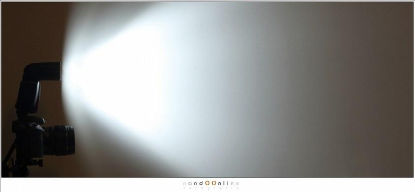 Met een beetje creativiteit kan het lichtafval van een flitser zichtbaar worden gemaakt. Hoe verder weg, hoe minder licht er overblijft De afstand staat in verhouding met de vermindering van lichtintensiteit