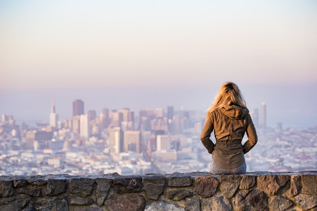 Imagen gratis de una chica viendo la ciudad de San Francisco