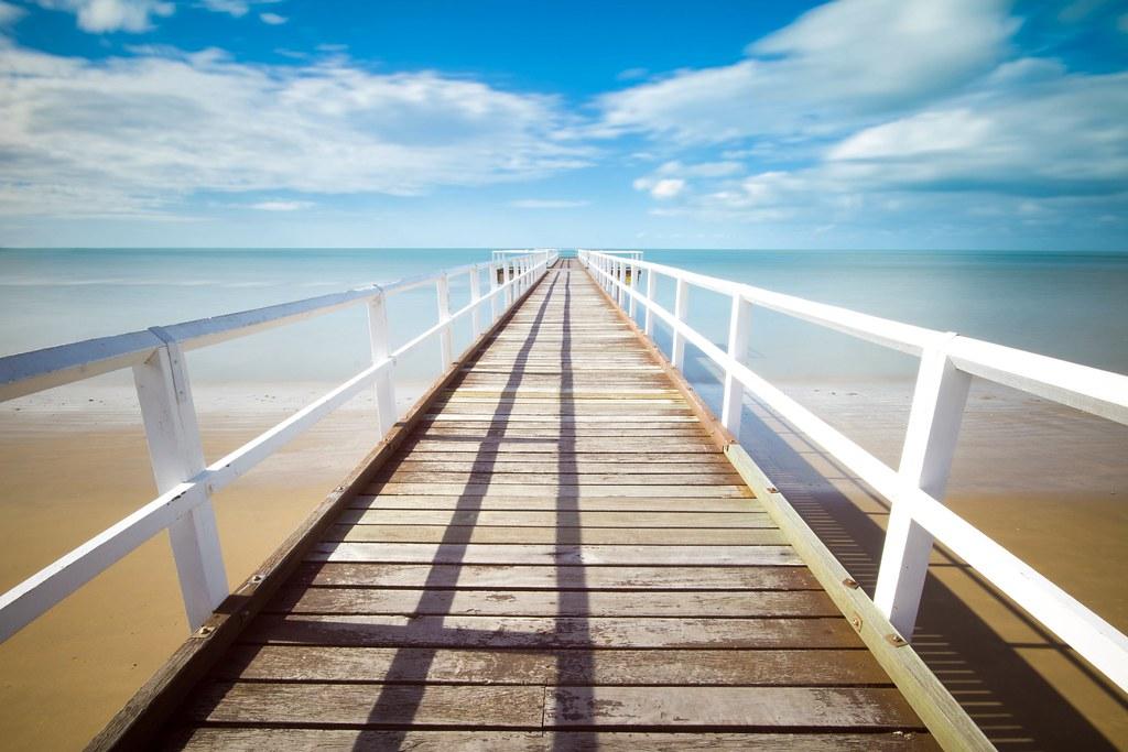 Foto de playa y pasarela de madera gratis