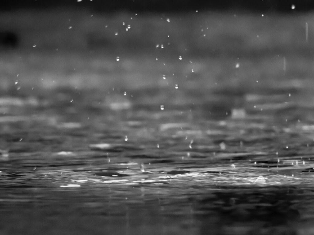 Imagen gratis de gotas de lluvia cayendo al suelo
