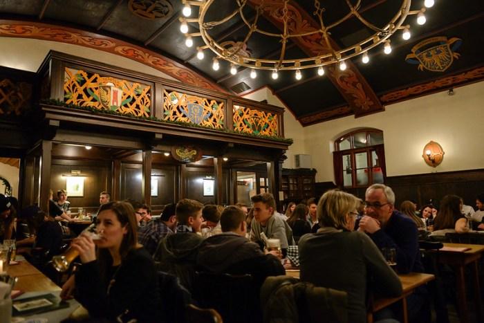【用餐區】這就有書上介紹的那種傳統德國餐廳的感覺了,現場一群年輕人超 high, 又唱歌又跳舞的
