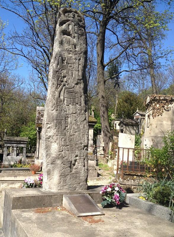 Tombe de l'écrivain guatémaltèque Miguel Angel Asturias, en forme de stèle maya, au cimetière du Père Lachaise (11ème arrondissement)