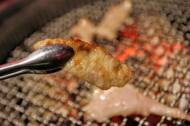 烤熟後的松阪肉外頭帶著一點酥脆,裡頭則是有嚼勁