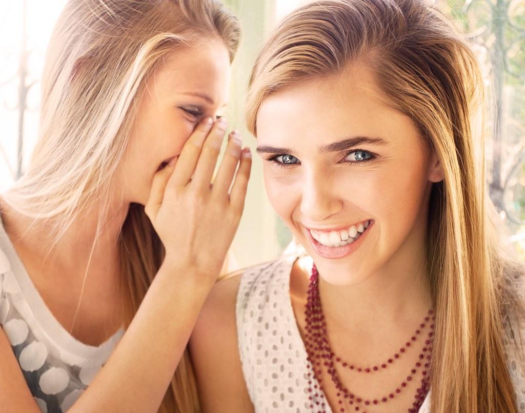 Imagen gratis de unas chicas contando secretos y riendo