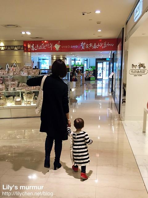 阿替從背後拍我們母女倆手牽手走路的樣子,媽媽很享受牽著你的小手同行的感覺。