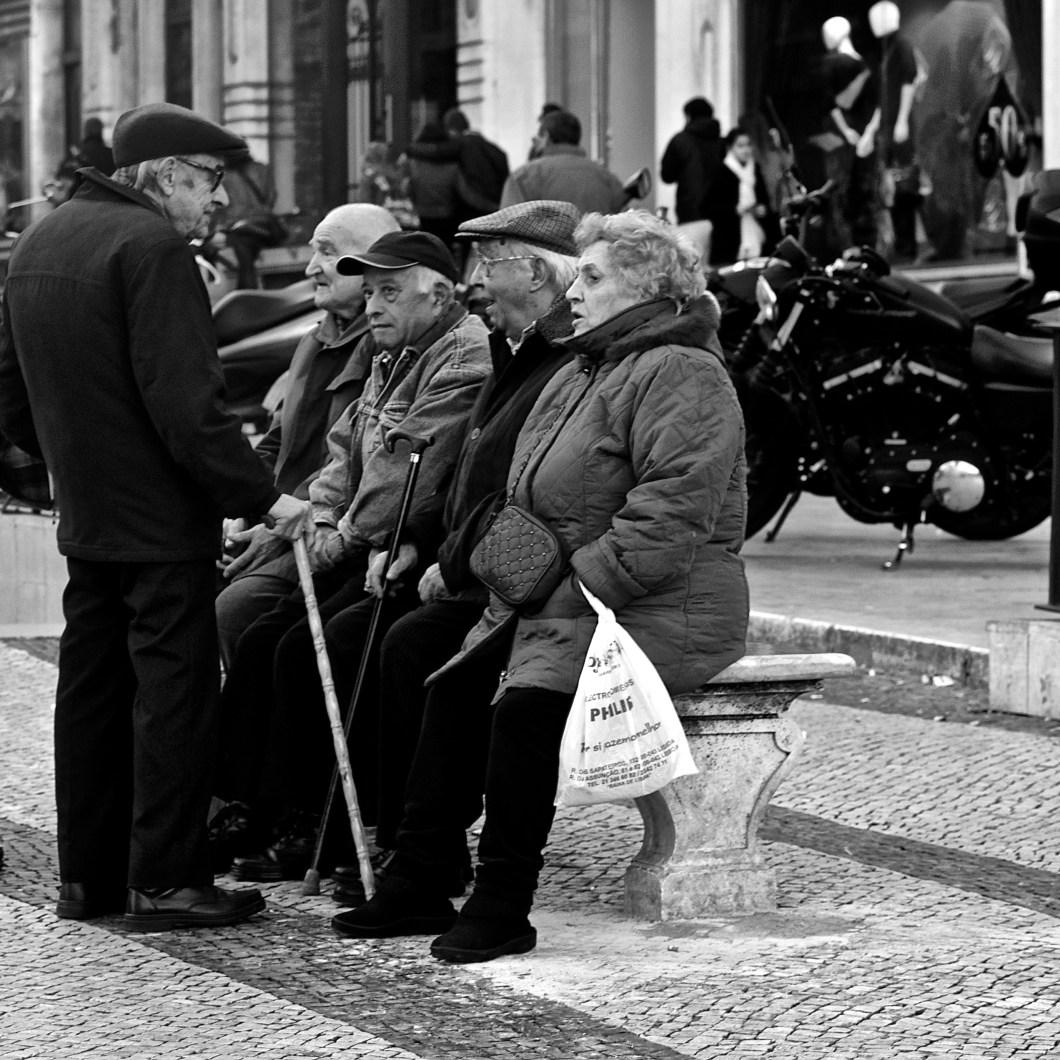 Imagen gratis de un grupo de ancianos charlando en un banco