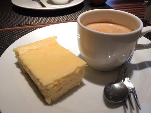 カフェの横にチーズケーキ@エテ