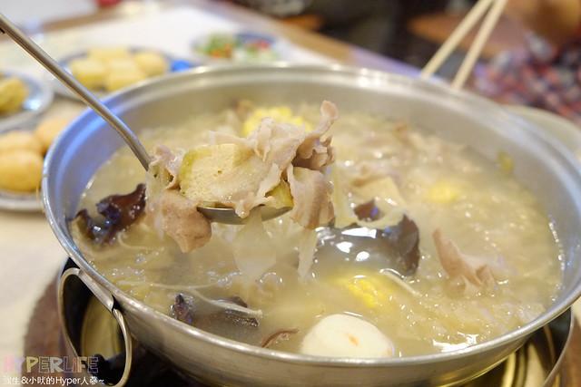 臺南東北酸菜白肉鍋, 以平實的價格讓更多人享受美食。 最近天氣讓人聯想冬天將來早晚溫差超大的,地點好找,在地朋友帶路 - 天使馨&魔鬼嫙