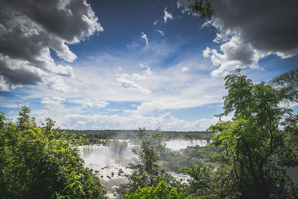 Imagen gratis de las cataratas del Iguazú entre árboles