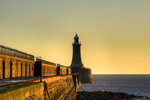 TYNEMOUTH LIGHTHOUSE (NORTH PIER), TYNEMOUTH, TYNE & WEIR, ENGLAND.