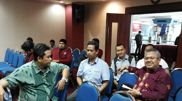 Anggota KPU Kab. Tulungagung Suyitno Arman bersama Arief Budiman dan Eko Sasmito di sela-sela acara seminar (12/5)