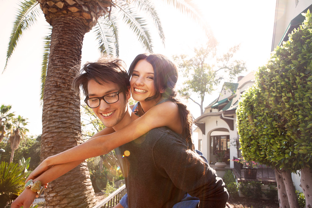 Imagen gratis de una pareja de jóvenes felices
